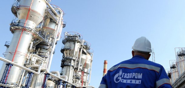 A Gazprom employee stands near to the new bitumen processor at the OAO Gazprom Neft oil refinery in Moscow, Russia, on Thursday, Sept. 20, 2012. OAO Gazprom Neft, the oil arm of Russia's state-run natural-gas producer, started operating a 3.2 billion-ruble ($100 million) bitumen processor at its Moscow refinery this month as it seeks to reduce pollution. Photographer: Andrey Rudakov/Bloomberg (Foto: Andrey Rudakov)
