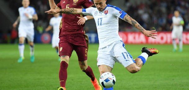 LILLE, FRANCE - JUNE 15: Roman Neustädter of Russia closes down Marek Hamsik of Slovakia during the UEFA EURO 2016 Group B match between Russia and Slovakia at Stade Pierre-Mauroy on June 15, 2016 in Lille, France. (Foto: Matthias Hangst)